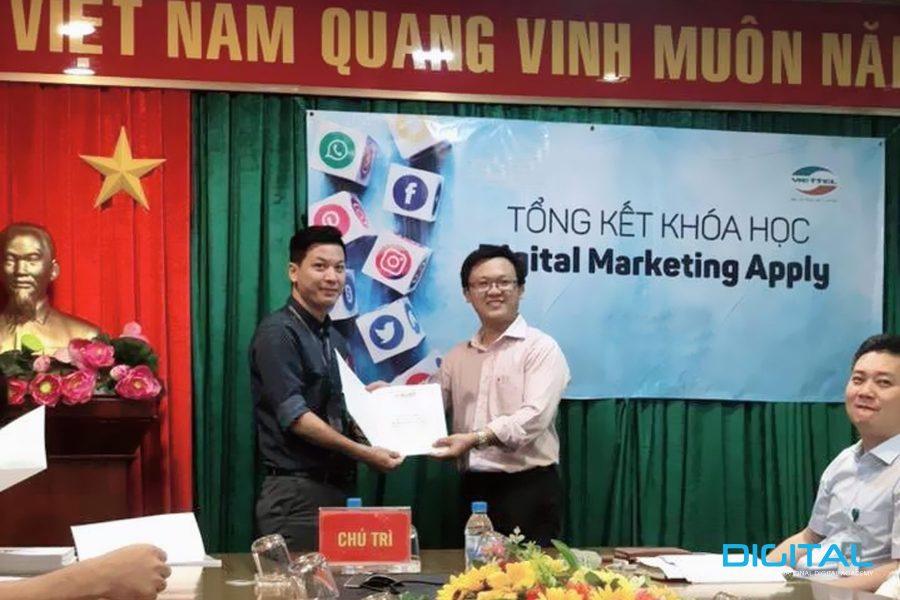 Thầy Nguyễn Hữu Phát trực tiếp trao bằng tốt nghiệp cho nhân viên Viettel