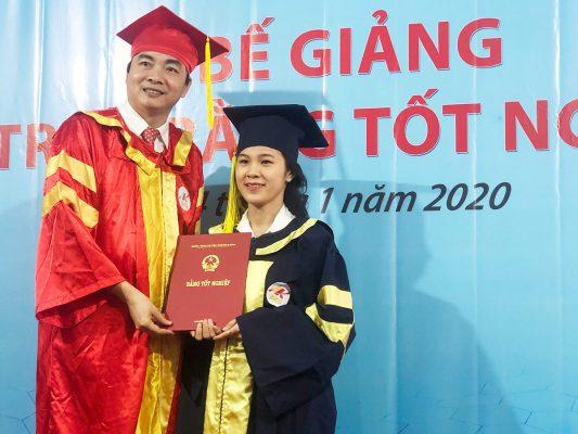 TS Hoàng Văn Phúc trao bằng tốt nghiệp cho học viên